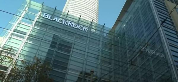 세계 1위 자산운용사인 블랙록(Black Rock)의 래리 핑크 회장은 화석 연료 관련 매출이 전체의 25%를 넘는 기업들은 투자 대상에서 제외하겠다고 밝혔다. 블랙록이 전세계에서 운용하는 자금은 무려 7조8000억 달러(약 8530조원)에 달한다. [사진=KBS 뉴스 유튜브 캡쳐]
